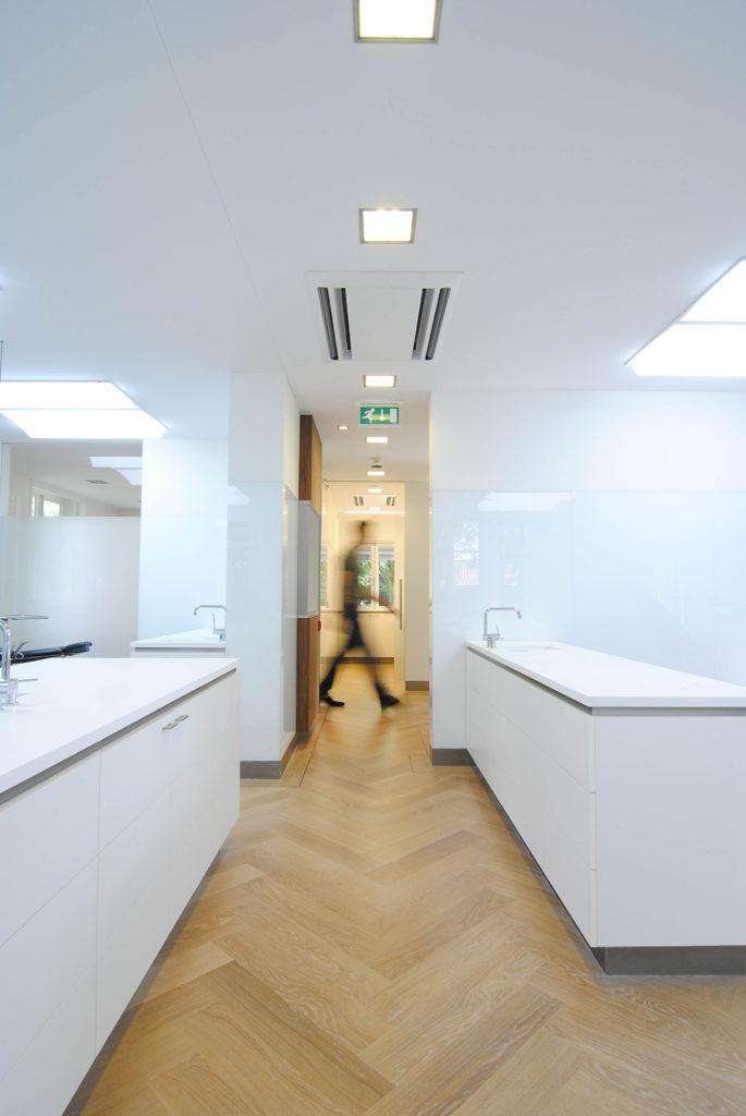 Strak wit spanplafond in een keuken - Corpus Spanplafonds
