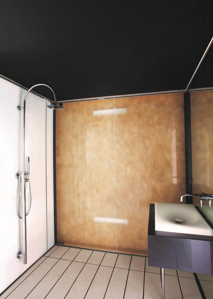Zwart spanplafond voor de badkamer
