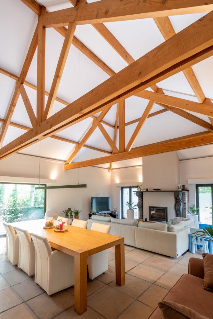 Kapspanten worden geïntegreerd in nieuw spanplafond woning