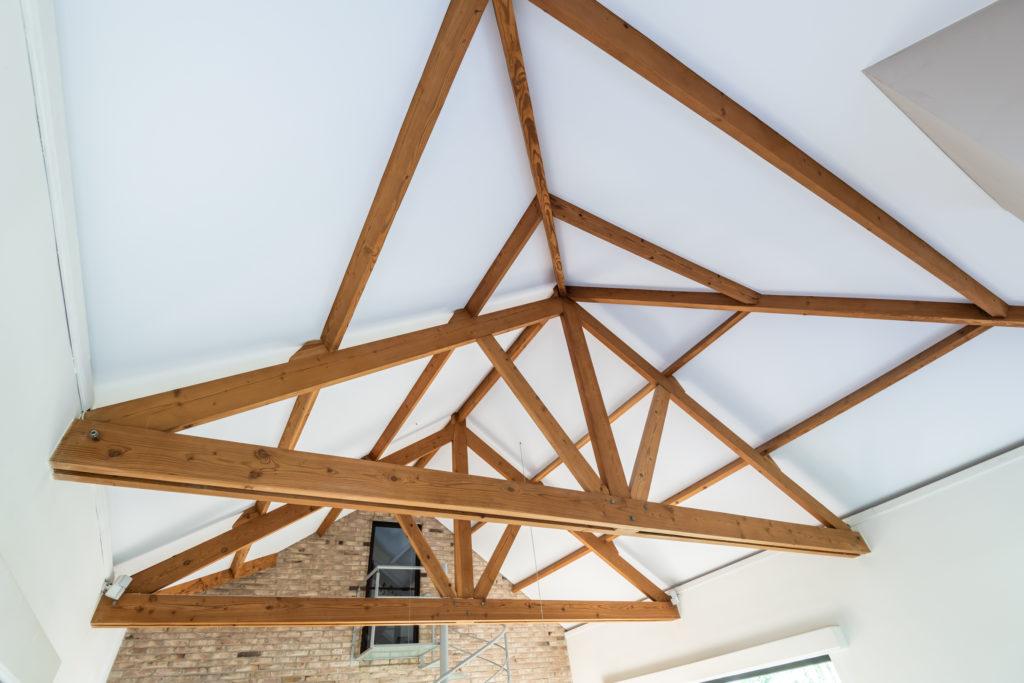 Bruine planchetten vervangen door spanplafond